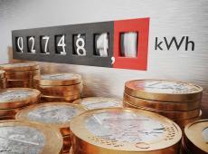Elektriciteitsmeter met euromunten op de voorgrond